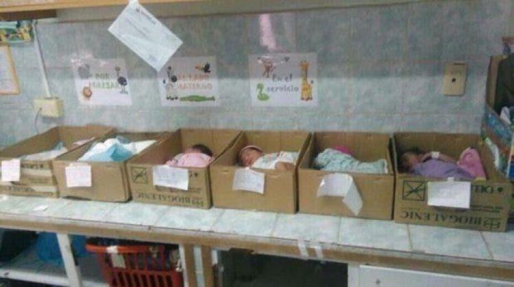 bebes-en-caja-de-carton-crisis-venezuela1