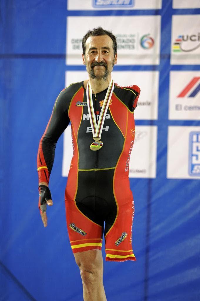 firmárselas al Comité Paralímpico Español. El ciclista paralímpico Juanjo Méndez en el Mundial de ciclismo en pista de 2014