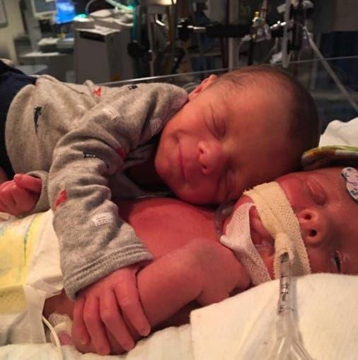 gemelos-abrazo-hospital