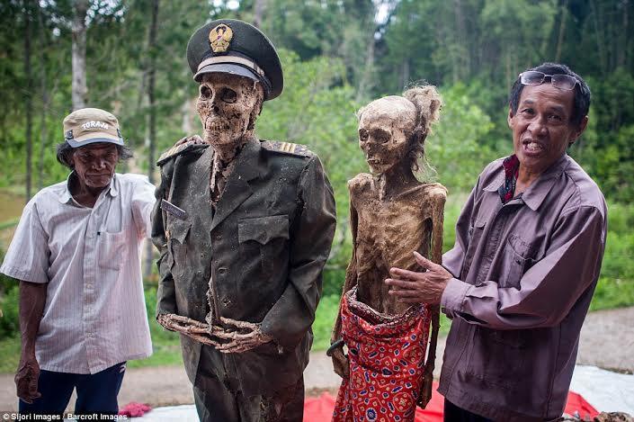 festival-de-limpeza-de-cadaveres-en-indonesia-1