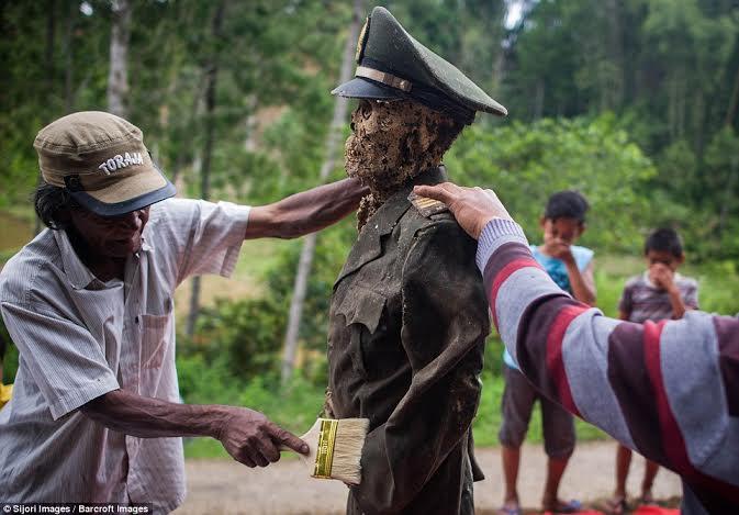 festival-de-limpeza-de-cadaveres-en-indonesia-4