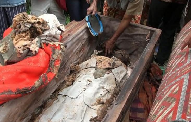 festival-de-limpeza-de-cadaveres-en-indonesia-5