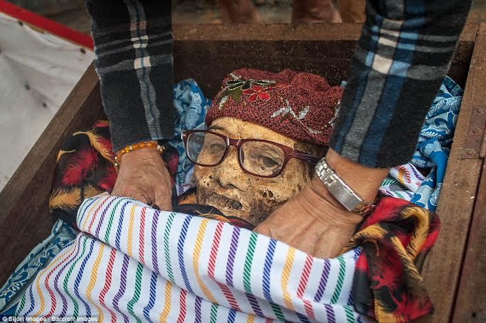festival-de-limpeza-de-cadaveres-en-indonesia-6