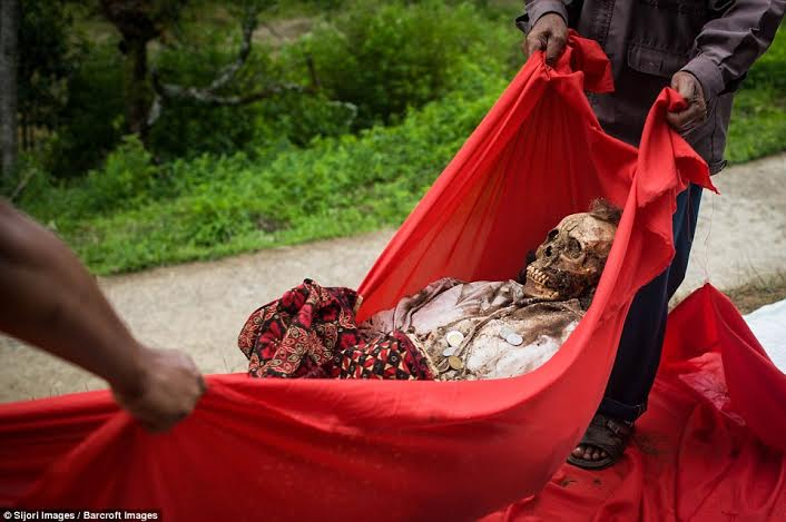 festival-de-limpeza-de-cadaveres-en-indonesia-7