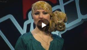 increible-voz-mujer-alopecia