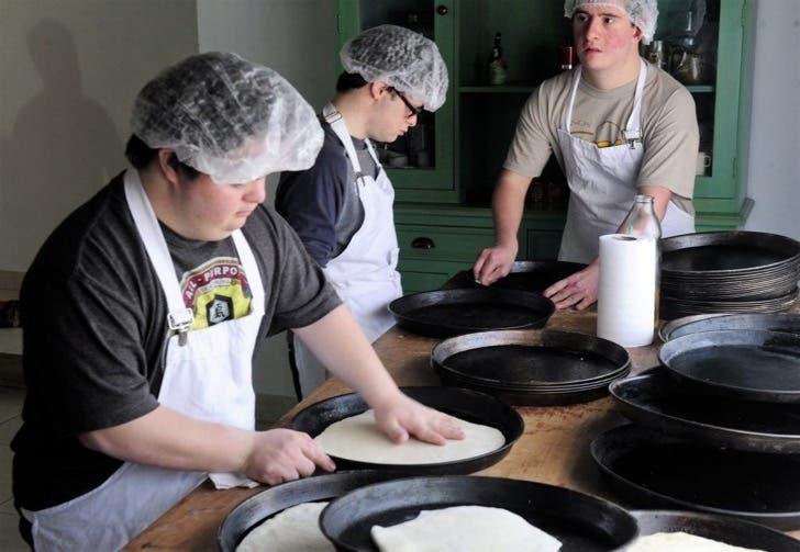 jovenes-sindrome-de-down-montan-pizzeria5