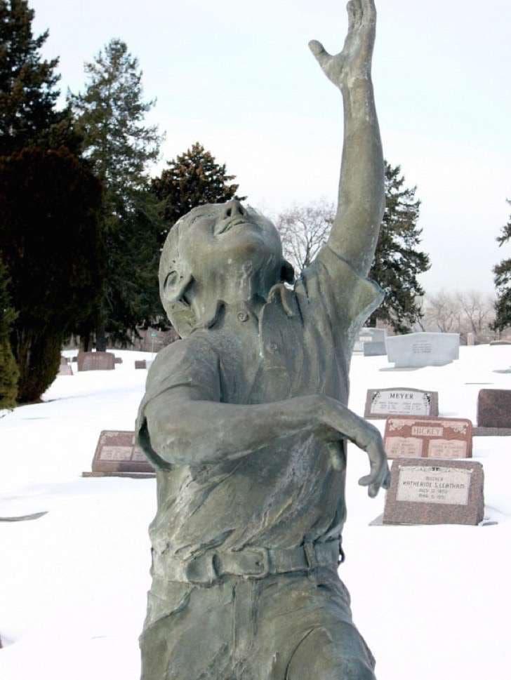 monumento-en-la-tumba-de-su-hijo-especial-2