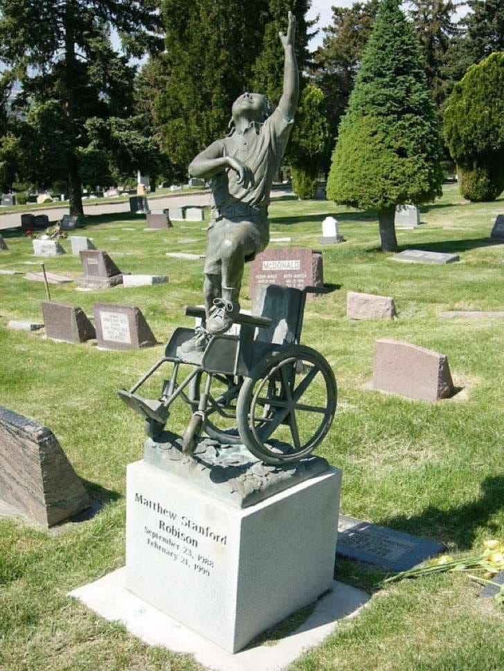 monumento-en-la-tumba-de-su-hijo-especial-3