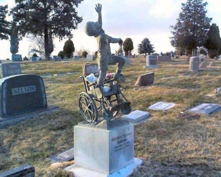 monumento-en-la-tumba-de-su-hijo-especial-8