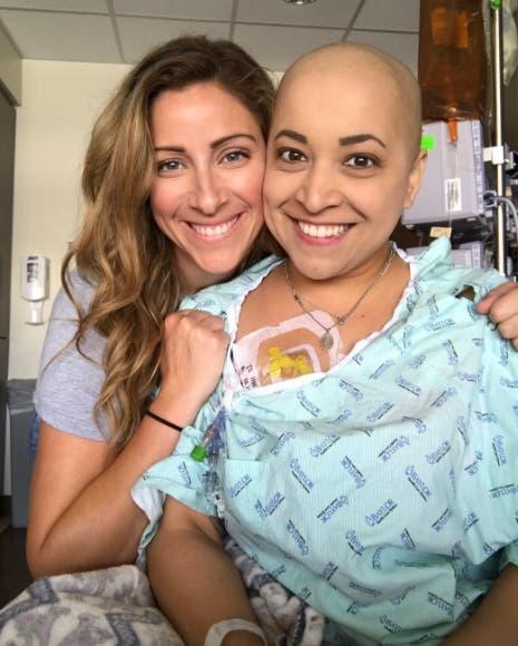 paciente-con-cancer-baila-con-su-amiga1