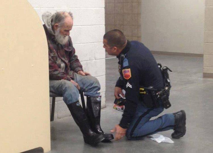 policia-gesto-con-hombre-sin-hogar1