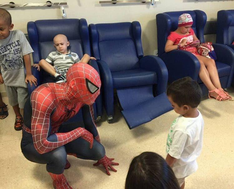 spiderman-que-visita-los-hospitales12