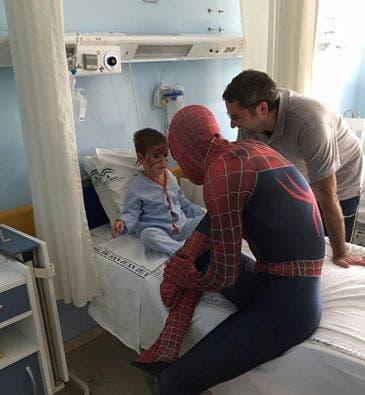 spiderman-que-visita-los-hospitales5