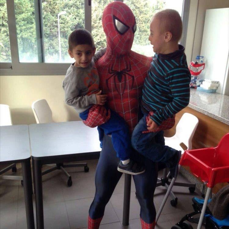 spiderman-que-visita-los-hospitales6