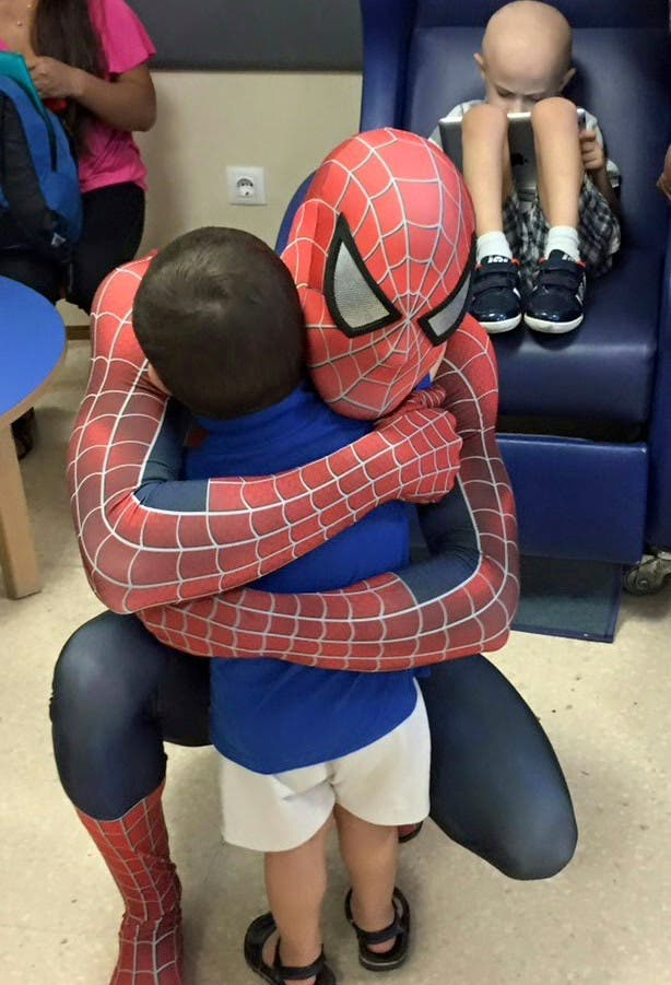 spiderman-que-visita-los-hospitales9