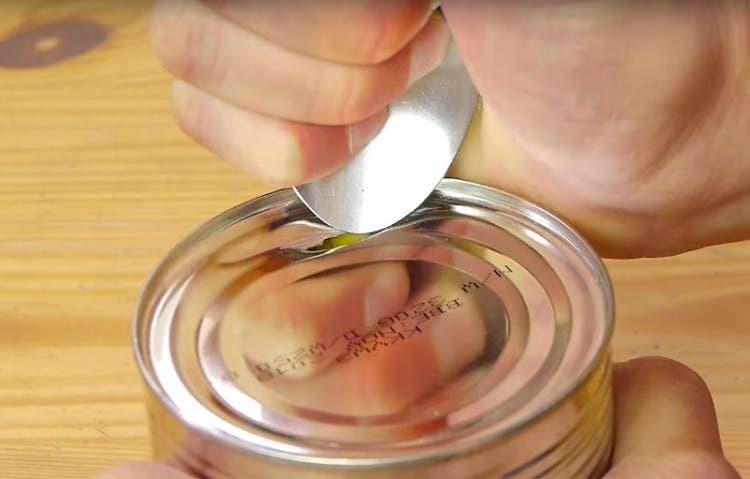como-abrir-lata-con-cuchara-02