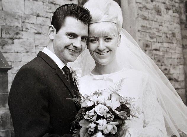 pareja-celebra-50-aniversario-luciendo-el-mismo-traje-que-usaron-en-su-boda-1