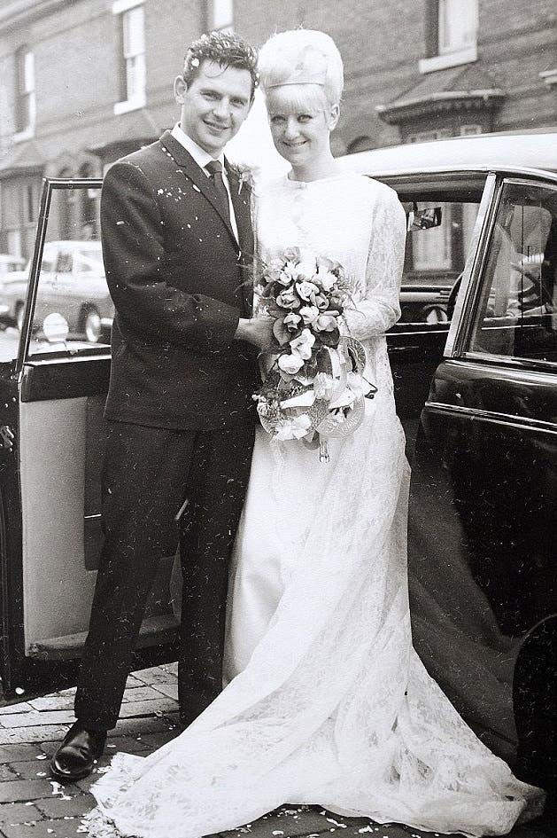 pareja-celebra-50-aniversario-luciendo-el-mismo-traje-que-usaron-en-su-boda-2