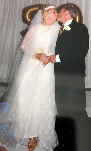 pareja-celebra-50-aniversario-luciendo-el-mismo-traje-que-usaron-en-su-boda-4