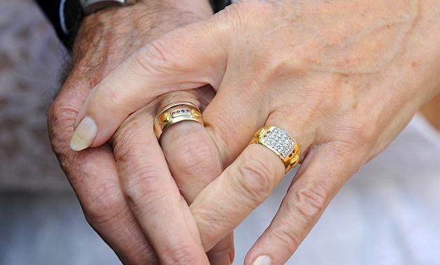 pareja-celebra-50-aniversario-luciendo-el-mismo-traje-que-usaron-en-su-boda-5