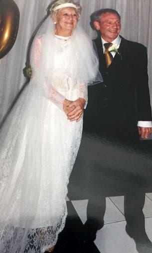 pareja-celebra-50-aniversario-luciendo-el-mismo-traje-que-usaron-en-su-boda-6