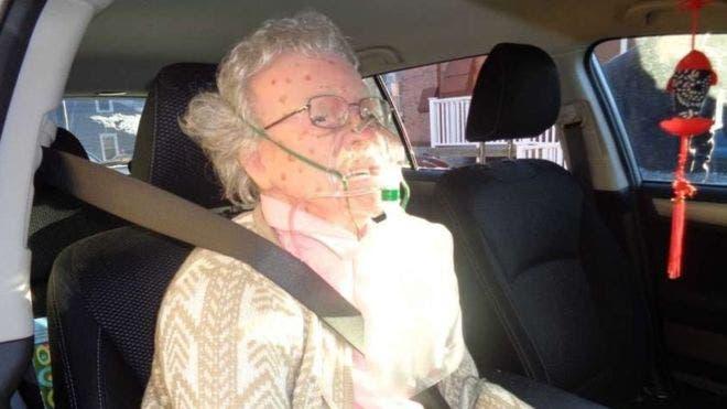 policia-rompe-vidrio-de-auto-para-salvar-anciana-muerta-de-frio-que-resulto-ser-una-maniqui-realista-1