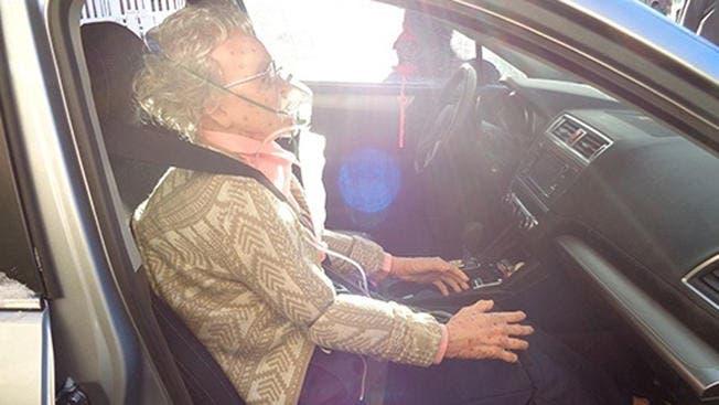 policia-rompe-vidrio-de-auto-para-salvar-anciana-muerta-de-frio-que-resulto-ser-una-maniqui-realista-5