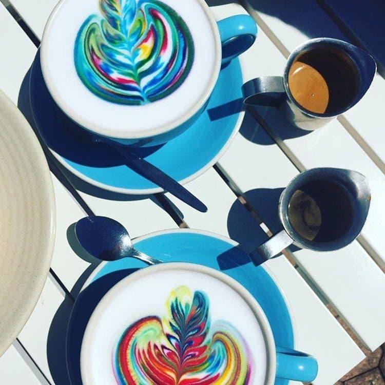 barista-lattes-arcoiris-2