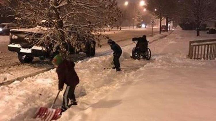 ninos-ayudan-a-su-padre-a-abrir-paso-a-minusvalido-en-la-nieve1