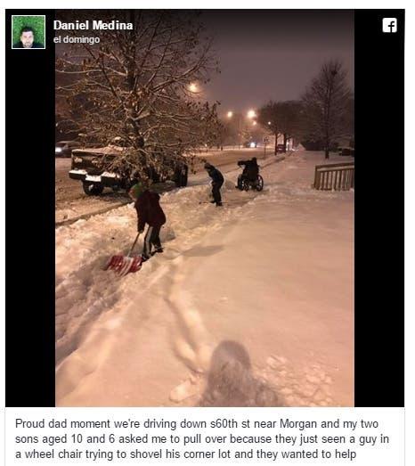 ninos-ayudan-a-su-padre-a-abrir-paso-a-minusvalido-en-la-nieve2