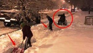 ninos-ayudan-a-su-padre-a-abrir-paso-a-minusvalido-en-la-nieve3