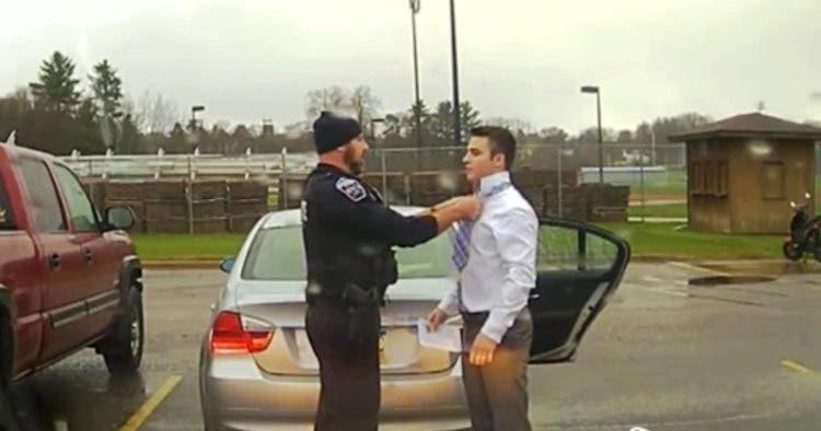 policia-le-hizo-el-nudo-de-la-corbata
