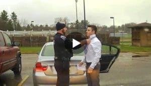 policia-le-hizo-el-nudo-de-la-corbata2