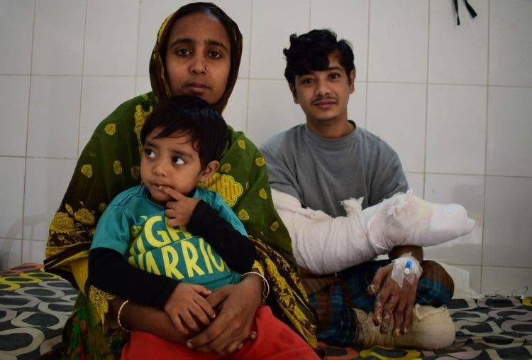 "In this photograph taken on January 4, 2017, Bangladeshi man Abul Bajandar, (R) widely known as 'Tree Man' for his rare disease, relaxes with his family on a ward at The Dhaka Medical College Hospital in Dhaka. A Bangladeshi father dubbed the ""tree man"" because of the bark-like warts that once covered his body will soon be able to leave hospital after surgery being hailed as a milestone in treating one of the world's rarest diseases. / AFP PHOTO / Sam JAHAN"