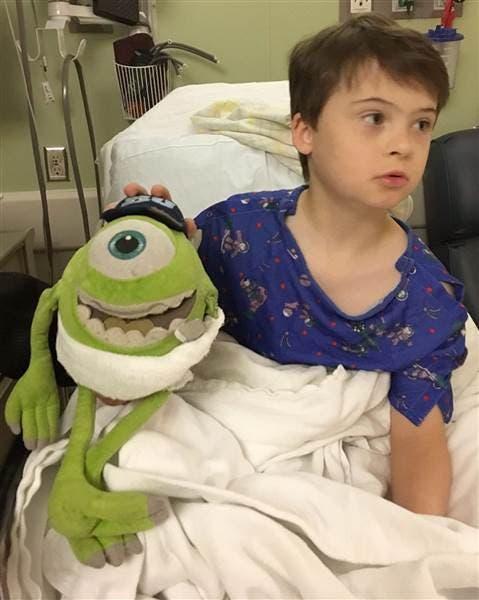 medico-opera-a-mike-el-juguete-de-su-paciente2