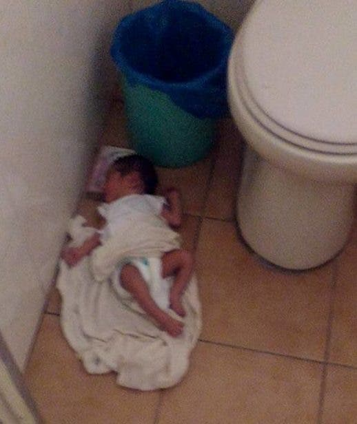 a esta beb reci n nacida la encontraron abandonada en el. Black Bedroom Furniture Sets. Home Design Ideas