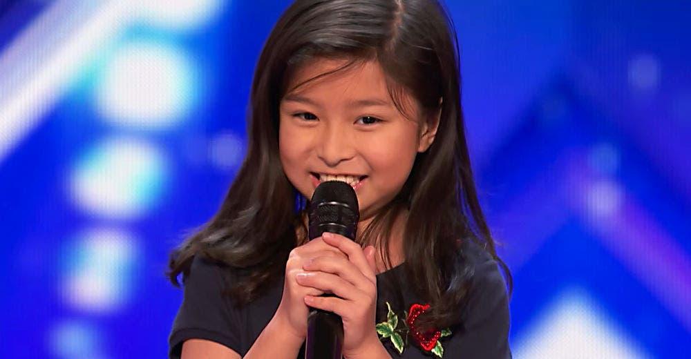 Una niña interpreta una canción muy difícil en un programa de talento estremeciendo al jurado