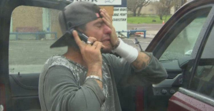 padre hijo conversan teléfono satelital cnn reportero periodista huracán harvey texas desastre camina millas kilómetros emotivo emocional enternecedor llora lagrimas
