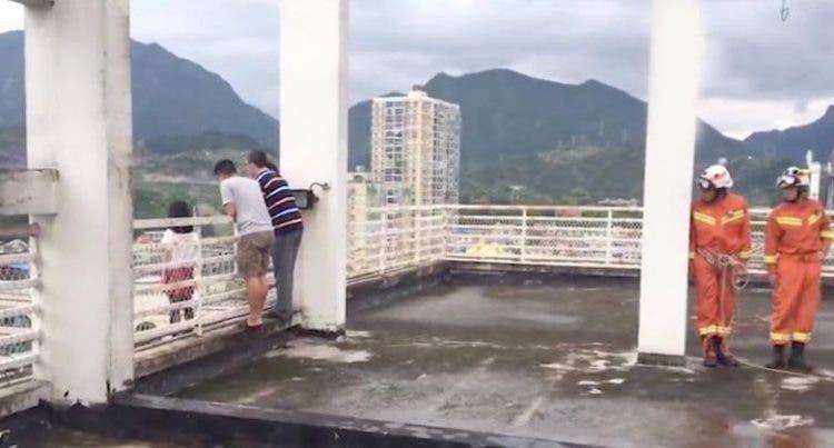 Profesor en china salva alumna niña lanzar 17 pisos suicidio botella de agua sorprendente asombroso rescate Guizhou