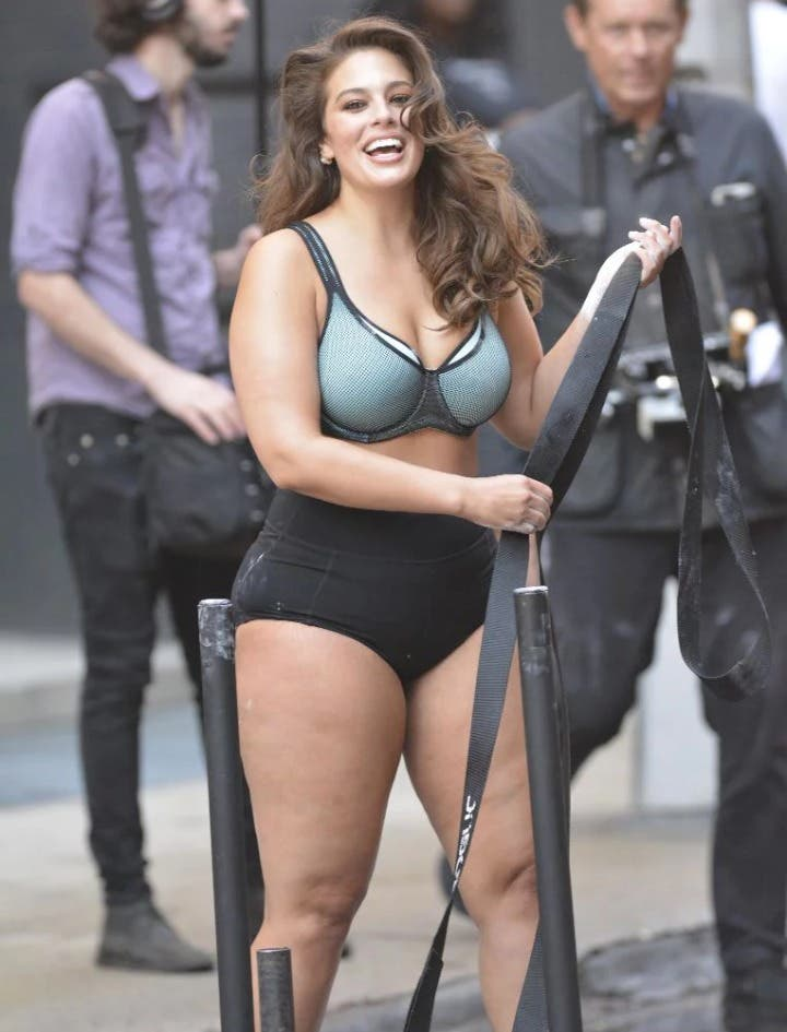 ashley graham modelo plus sizecurvy muestra sus piernas curavas celulitis sesion fotos nueva york ny fashion week