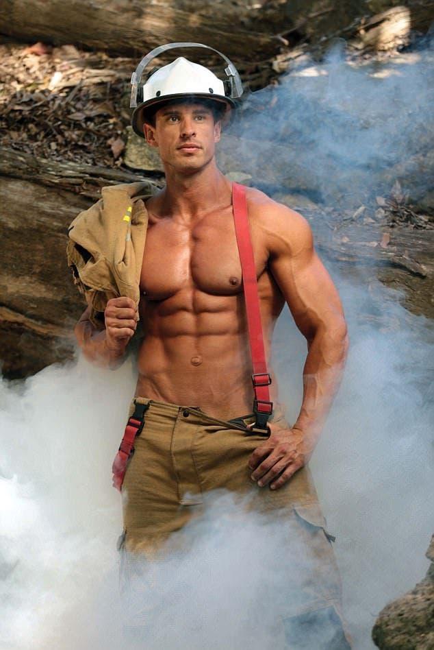 Estos bomberos dejan sus mangueras para desnudarse por una