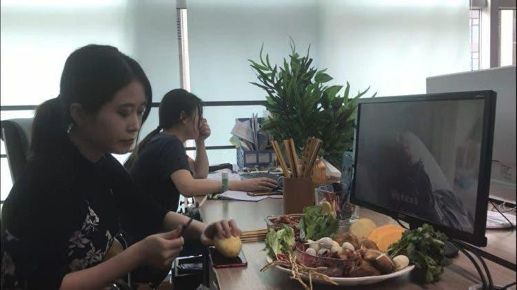 ms yeah la nueva youtuber celebridad de china cocina alimentos con artículos de oficina