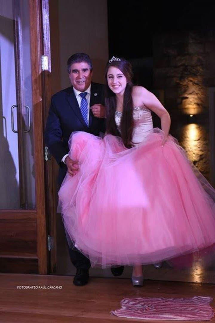 fiesta de 15 años de abril una niña salvada por un trasplante de corazón super dificil le pidio al padre de la beba que dono el corazón que la llevara del brazo y luego recibio un saludo de chris martin de coldplay