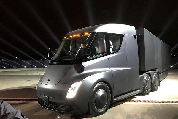 1er camion completamente electrico desarrollado por elon musk el tesla semi podria eliminar choferes humanos para 2020 buscan autonomia y modo convoy para disminuir costos a grandes comerciantes