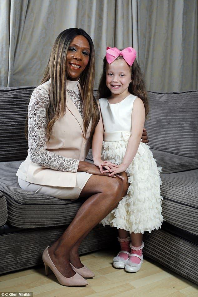 Madre de raza negra da a luz una hija blanca con ojos azules, Sophia Blake tiara black mother white daughter