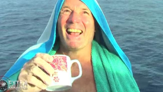 brett archibald surfistas sobrevive 26 horas en alta mar indonesia mar indico tiburones medusas gaviotas habla con Dios ve a la virgen