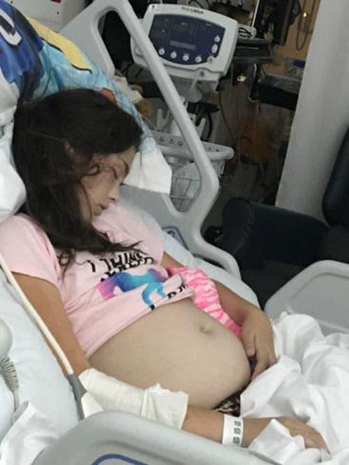 escort embarazada pequeña niña