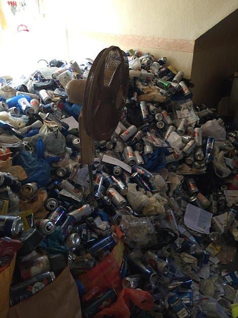 Landlord Graham Holland Nicole Holland tuvieron al peor inquilino del mundo les dejo su apartamento sepultado en basura y latas asqueroso