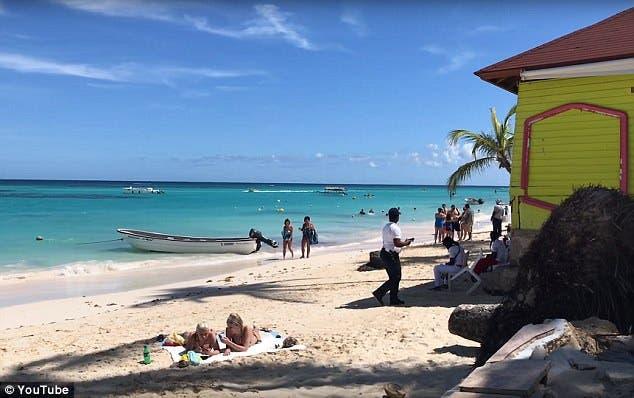 pareja canada canadiense viaje vacaciones caribe punta cana larvas pies hinchados dolor Katie Stephens IFA villas bavaro resort and spa caminar playa descalzo