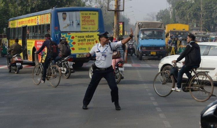 """Los conductores no pueden evitar prestarle especial atención mientras se desliza haciendo """"moonwalk"""" hacia atrás por las concurridas calles de Indore en la India."""